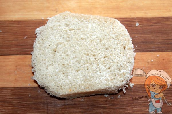 Срезаем корочки с хлеба