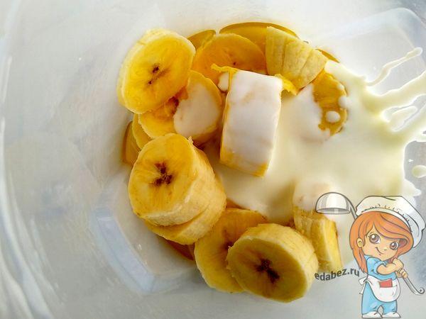 Взбиваем банан с медом и блендером