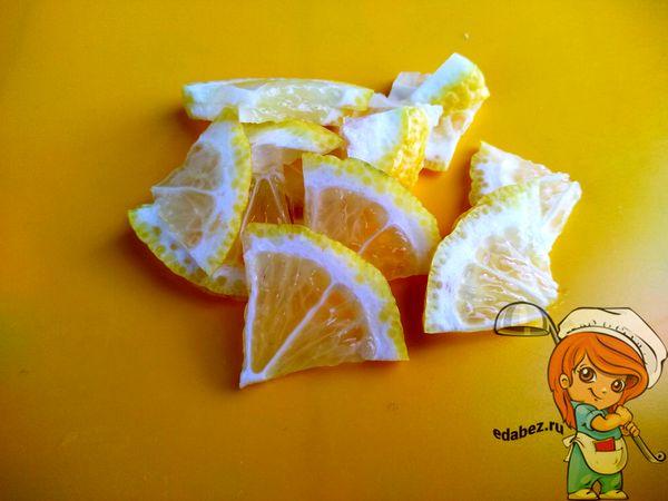 Лимон кусочками