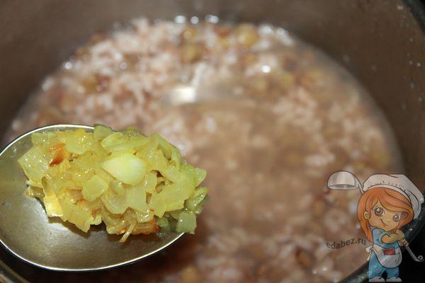 Добавляем лук в суп