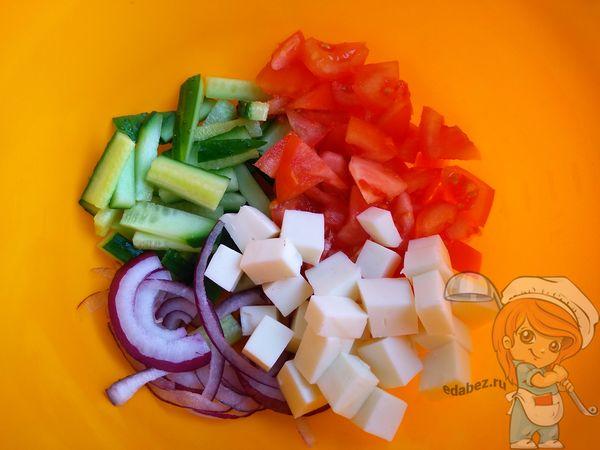 Соединяем составляющие салата
