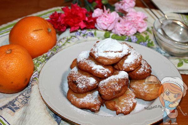 Посыпаем итальянские пончики пудрой