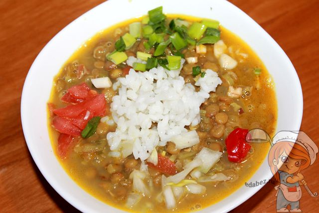 Выкладываем в середину тарелки рис