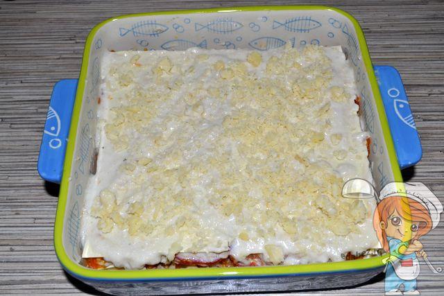 Верхний слой теста посыпаем сыром