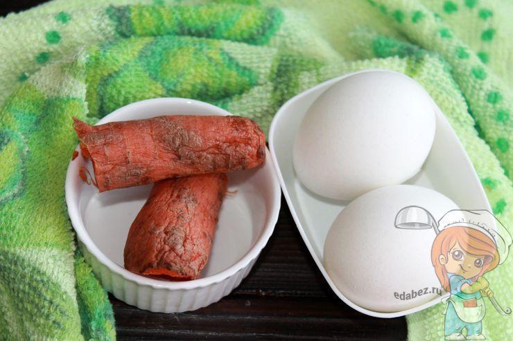 Отвариваем морковь и яйца