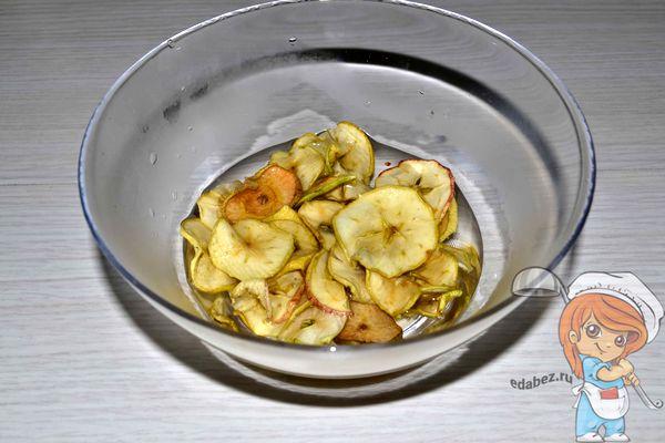 сушеные яблоки в воде