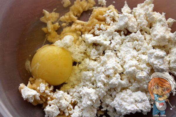 Куриное яйцо и мед добавляем в массу