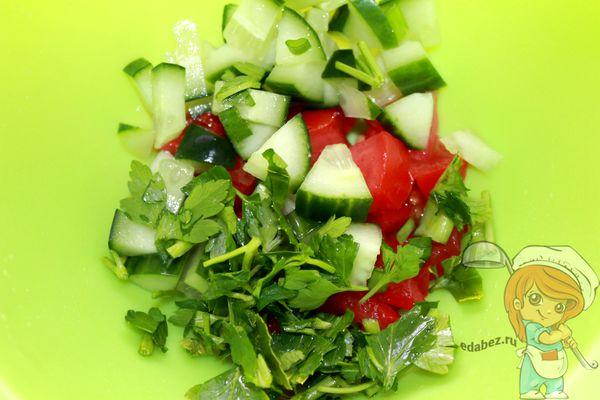 соединяем зелень и овощи