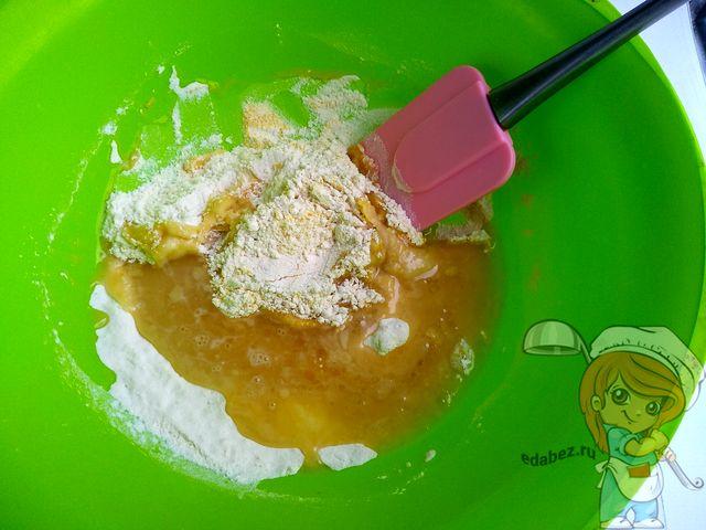 Месим тесто лопаткой