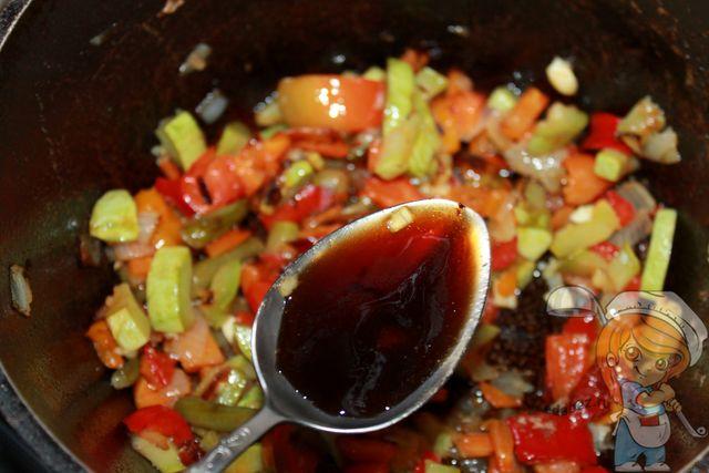 Вливаем соевый соус