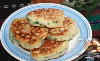 зеленые оладьи с зеленым луком - рецепт без яиц