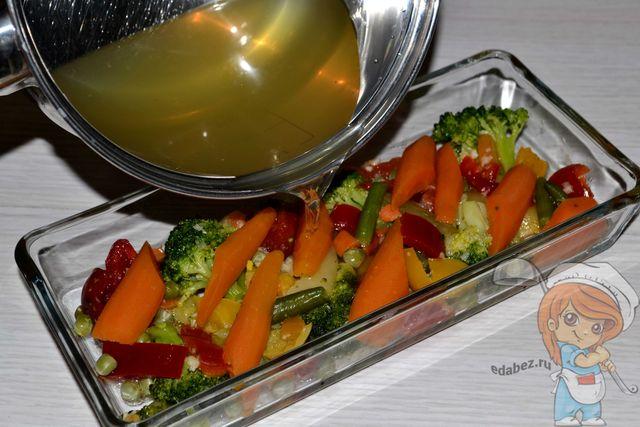 Заливаем отваром овощи