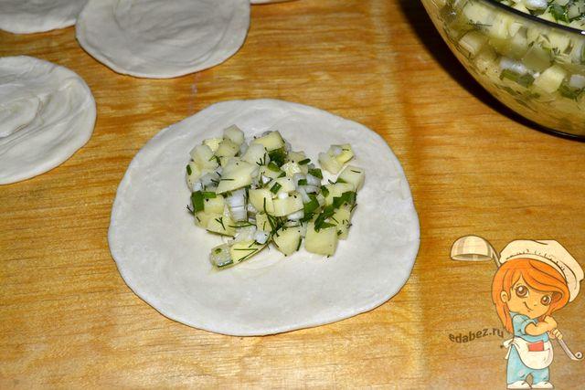 Готовим самсу с картошкой: выкладываем начинку на тесто