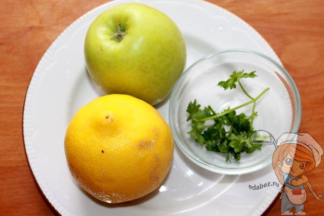Салат из моркови яблока: моем фрукты и режем зелень