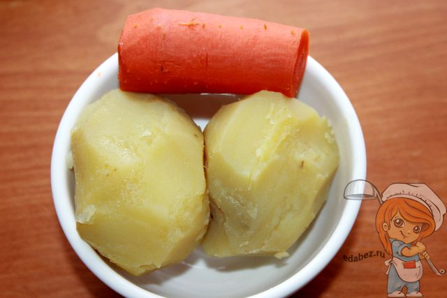 очищаем картофель и морковь