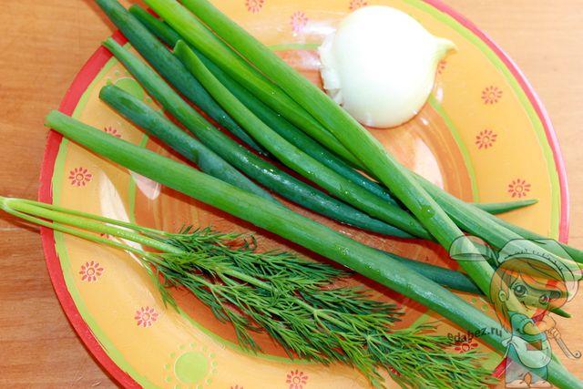 Моем и сушим зелень, чистим яйцо