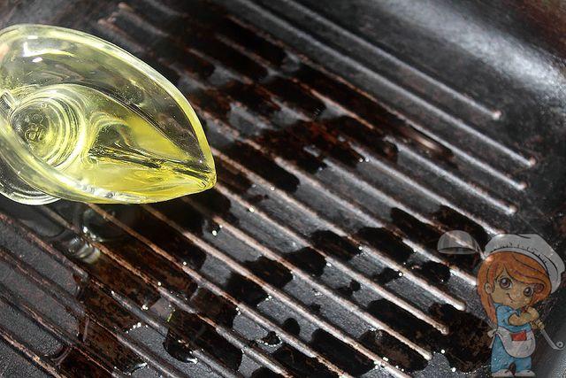 Смазываем маслом и нагреваем сковороду