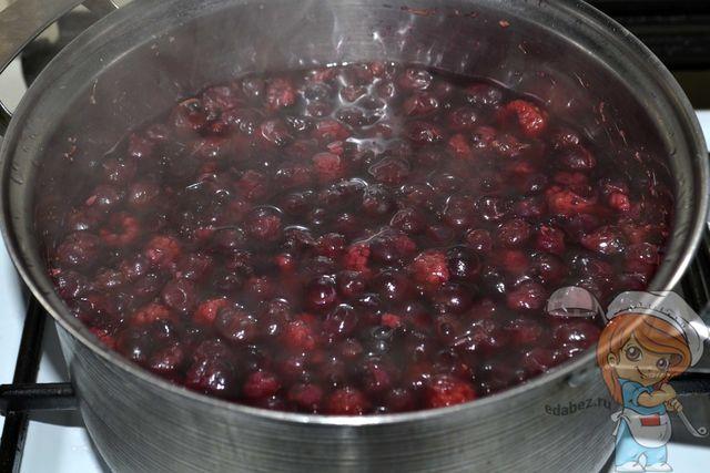 Отвариваем ягоды