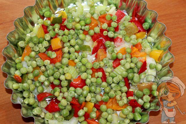 Зеленый горошек распределяем по форме