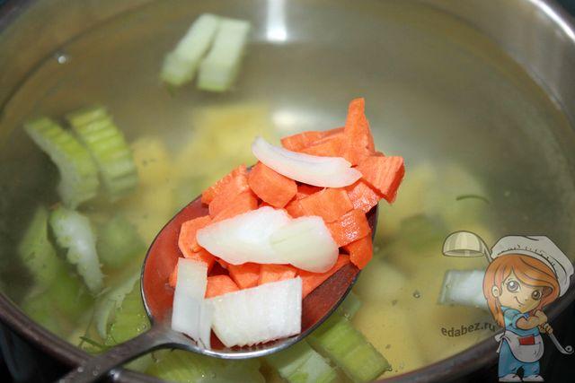 Кладем порезанный лук и морковь