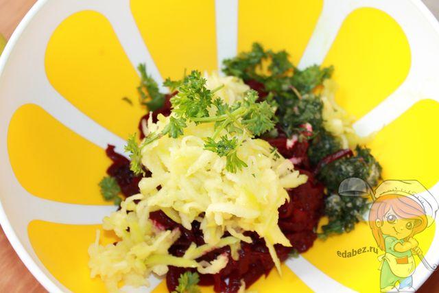 Кладем зелень в салат