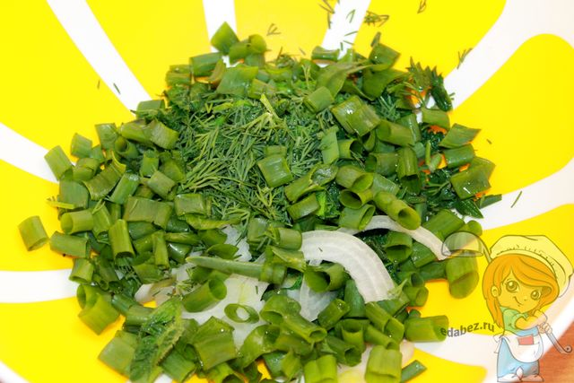 Перекладываем в миску зелень