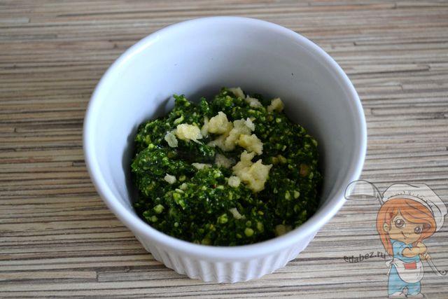 Добавляем чеснок и оливковое масло