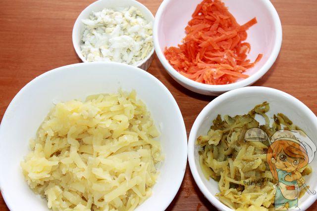 Натираем на терке овощи и яйца