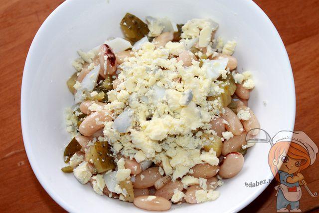 Украшаем салат желтком