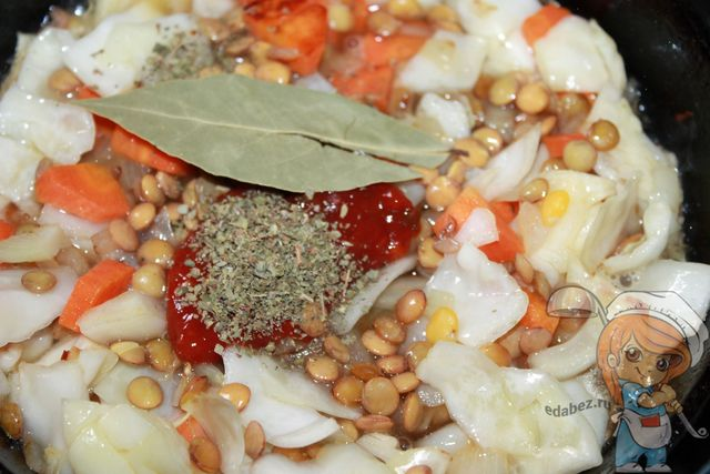 Специи и лавровый лист добавляем к тушенным овощам