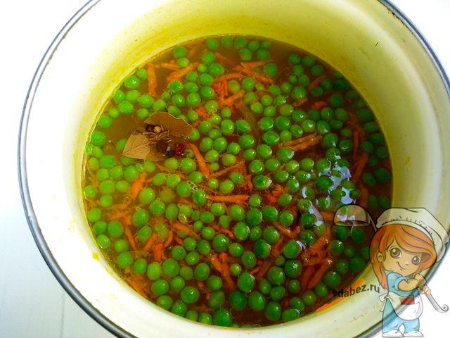 Солим и кладем специи в суп