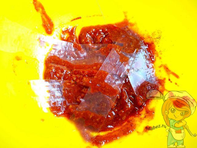 Смазываем полоски соусом