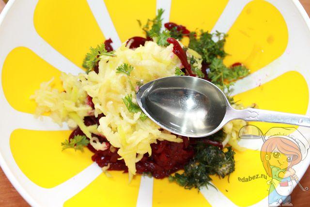 Заправляем пестрый салат растительным маслом