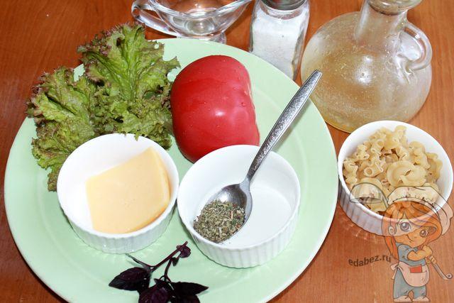 Продукты для итальянского салата с макаронами