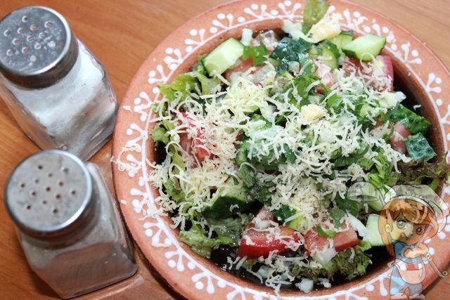 Солим и перчим салат из салатных листьев
