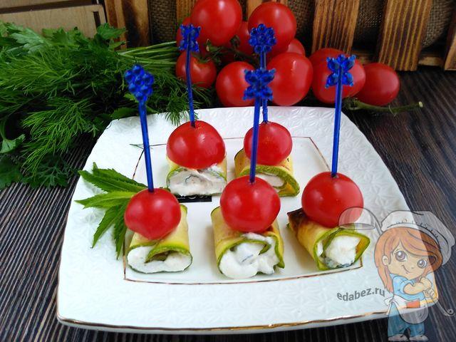 Овощные канапе из кабачкового рулета и помидора черри