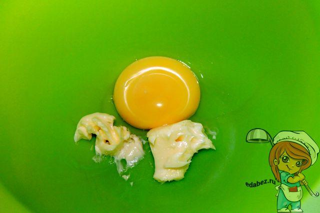 Соединяем желток с маслом