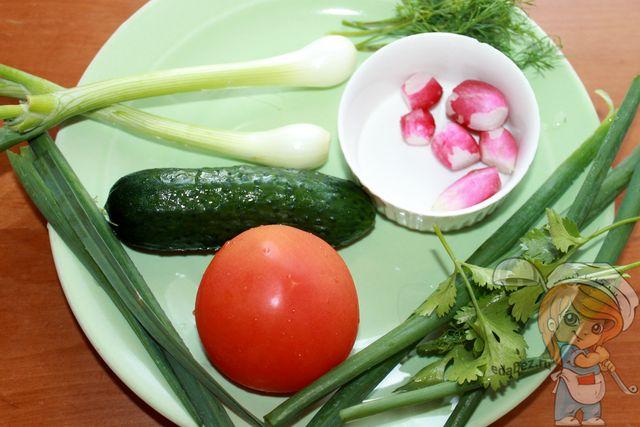 Моем и подготавливаем овощи и зелень
