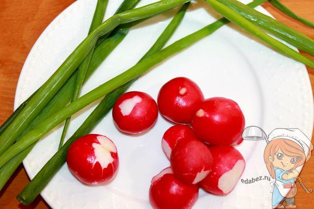 Редис и зеленый лук для соуса