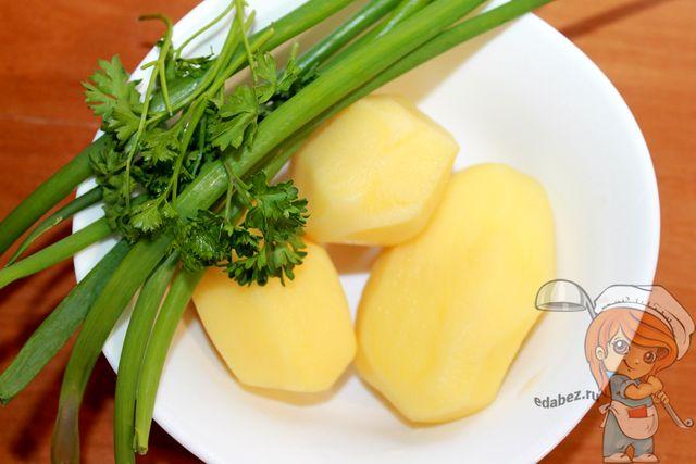 Очищаем картофель и моем зелень