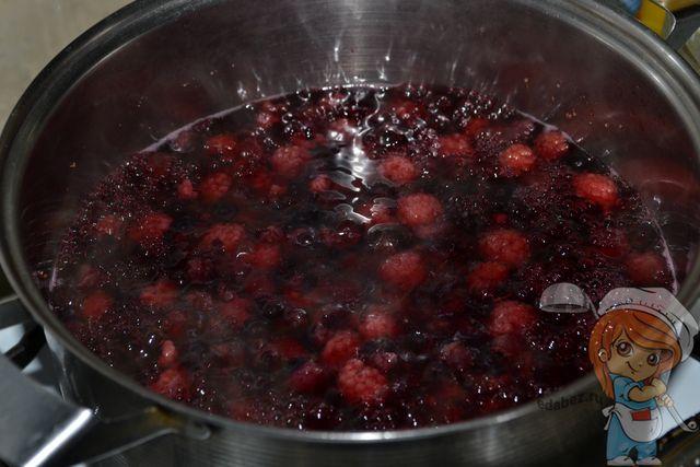 Отвариваем ягоды в течение 20 минут