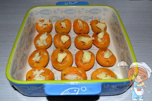Вкладываем в абрикосы масло