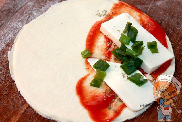 Выкладываем сыр с зеленью