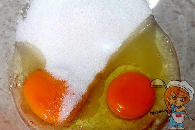 Соединяем сахар с яйцами