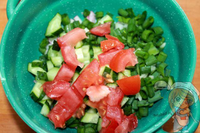 Выкладываем часть овощей и зелени в тарелку