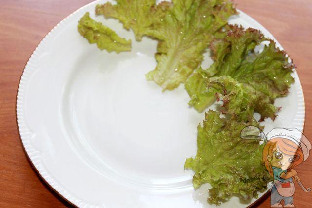 Выкладываем листья на тарелку