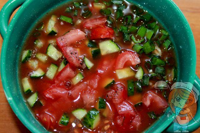 Заливаем разведенным томатным соусом