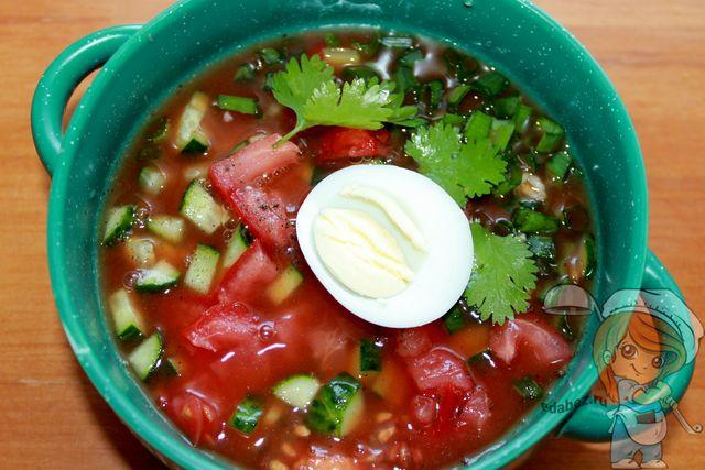 Украшаем томатную окрошку яйцом и петрушкой