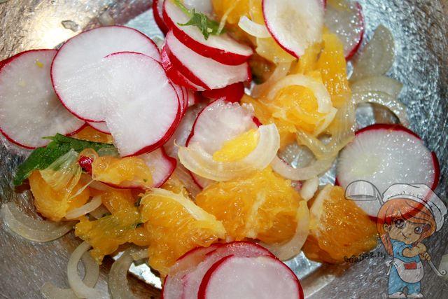 Солим и перемешиваем салат