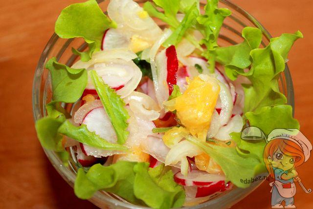 Выкладываем салат на салатные листья